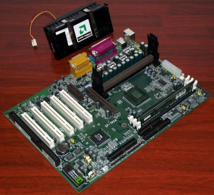 AMD K7 600MHz Slot-A CPU & EPoX EP-7KXA Mainboard mit VIA Apollo KX133 Chipsatz VT8371 & VT82C686A